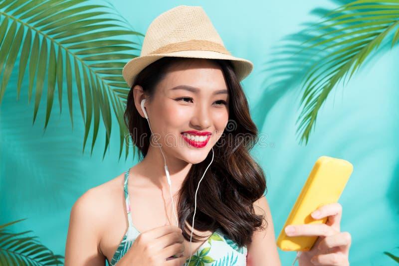 Menina da forma do verão que está e que sorri sobre o backg azul vibrante imagens de stock royalty free