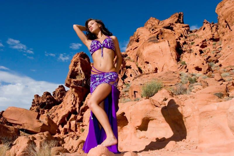 Menina da forma no vestido da dança de barriga imagem de stock