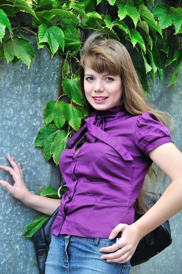 Menina da forma que desgasta a blusa roxa fotos de stock