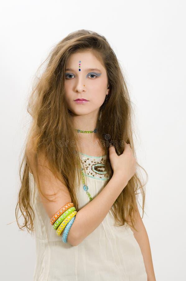 Menina da fôrma que mostra braceletes foto de stock royalty free