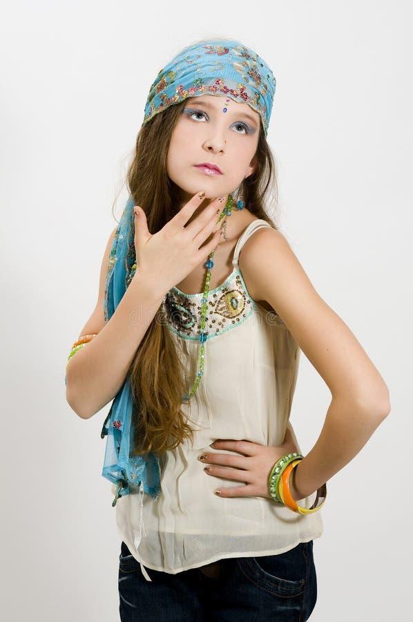 Menina da forma que mostra a jóia imagem de stock