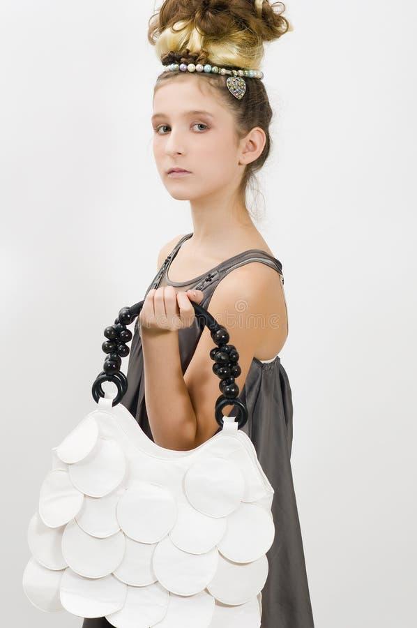 Menina da forma que mostra jóias e bolsa imagem de stock