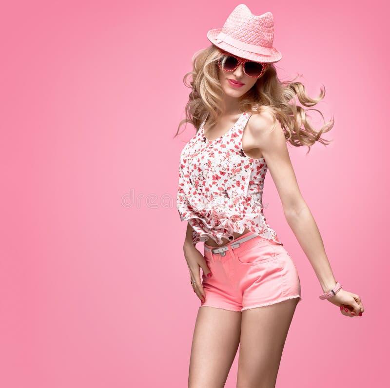 Menina da forma que tem a dança louca do divertimento Chapéu cor-de-rosa foto de stock royalty free