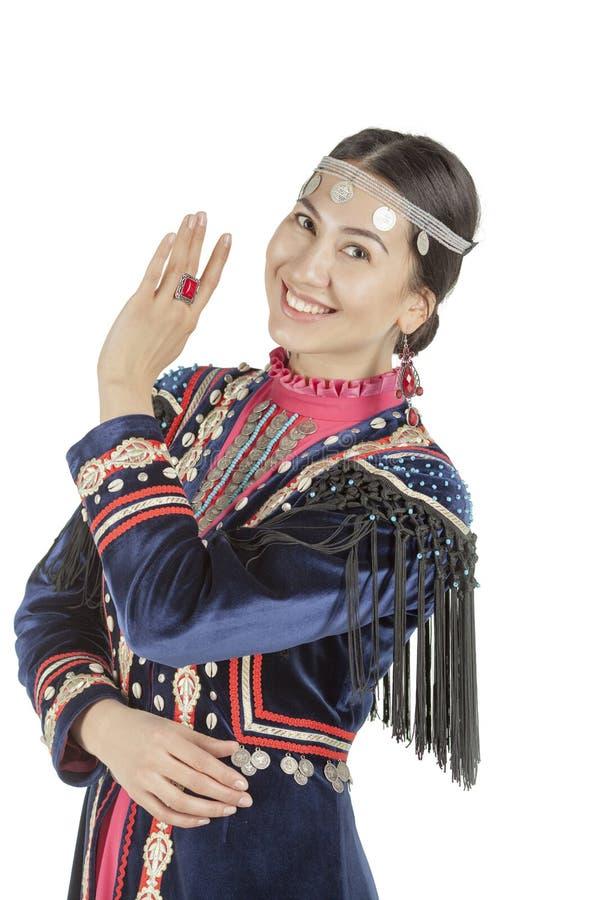 Menina da foto do estúdio com cara do leste, no traje nacional Bashkir, uma nação vivendo no território de Rússia, em um backgrou fotos de stock royalty free