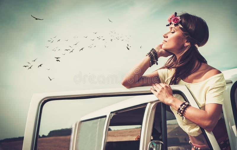 Menina da hippie em uma carrinha fotografia de stock