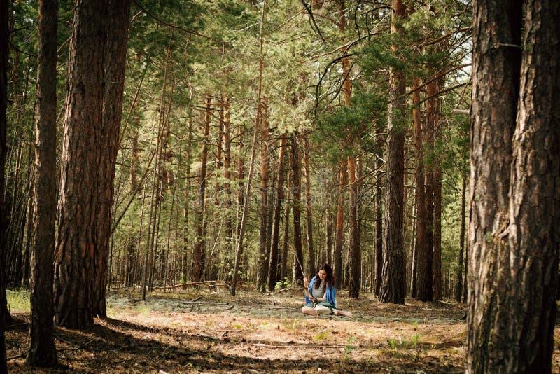 Menina da hippie em uma floresta fotografia de stock royalty free