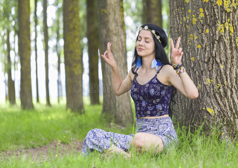 Menina da hippie que sonha sobre a paz fotografia de stock