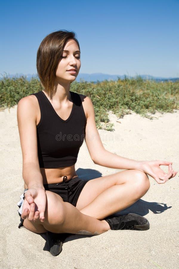 Menina da ioga na praia foto de stock royalty free