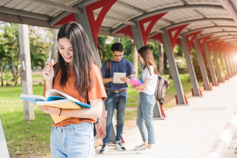 Menina da jovem mulher, livro de nota da posse do estudante na faculdade imagens de stock