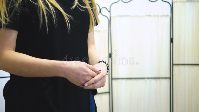 Menina da lavanderia do trabalhador que guarda toalhas frescas em suas mãos estoque Mulher que guarda uma toalha em suas mãos foto de stock royalty free