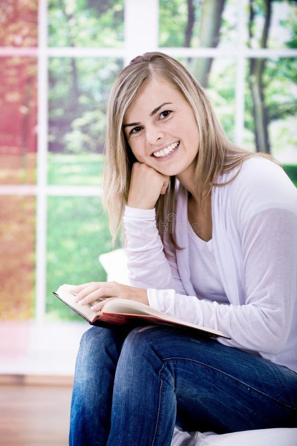 Download Menina da leitura foto de stock. Imagem de mulher, lazer - 16873700