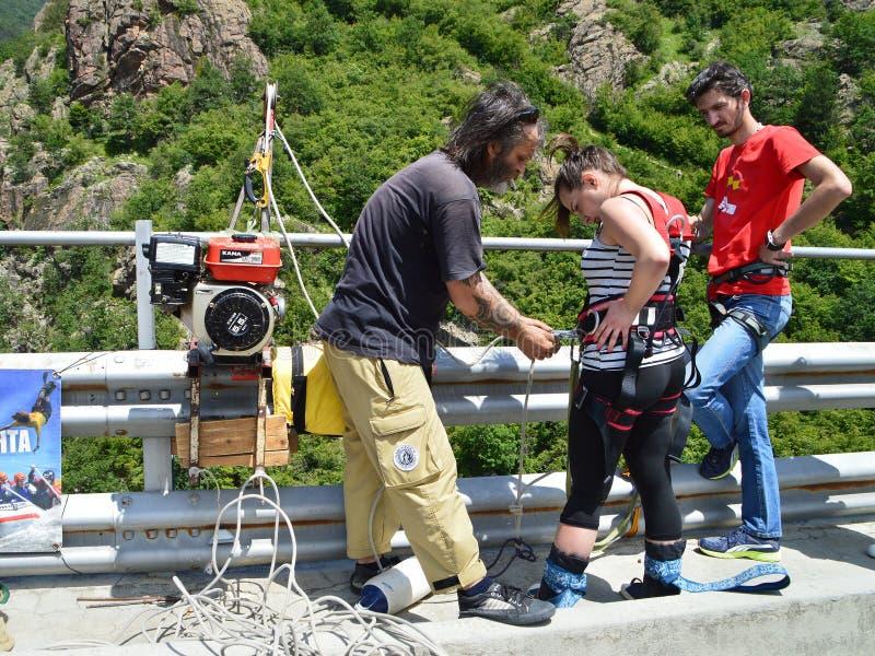 Menina da ligação em ponte do tirante com mola que prepara-se para um salto fotos de stock royalty free