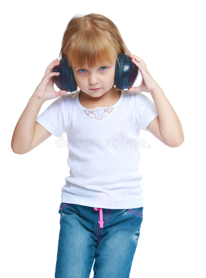 Menina da música que escuta a música através dos fones de ouvido fotografia de stock
