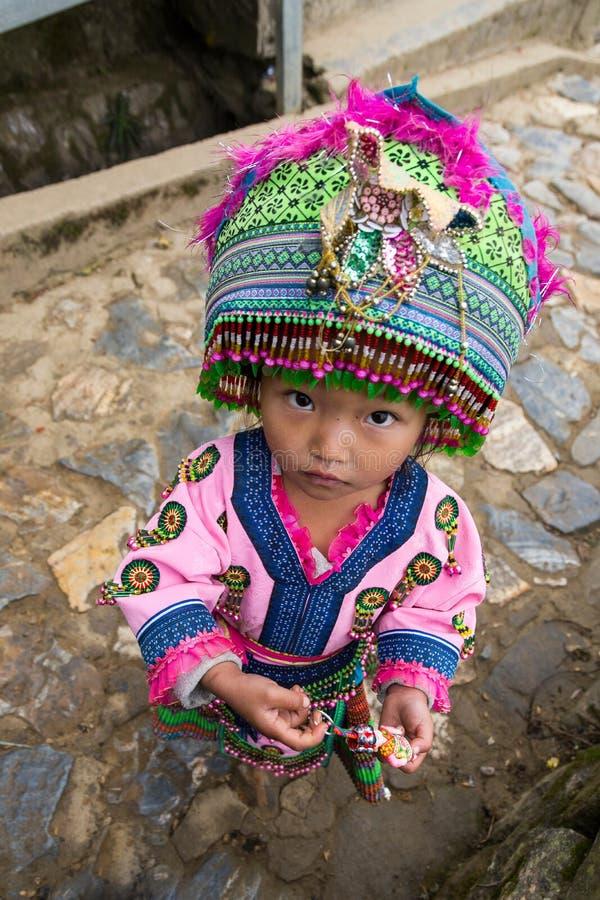 A menina da minoria étnica preta de Hmong vestiu-se acima na roupa cerimonial foto de stock