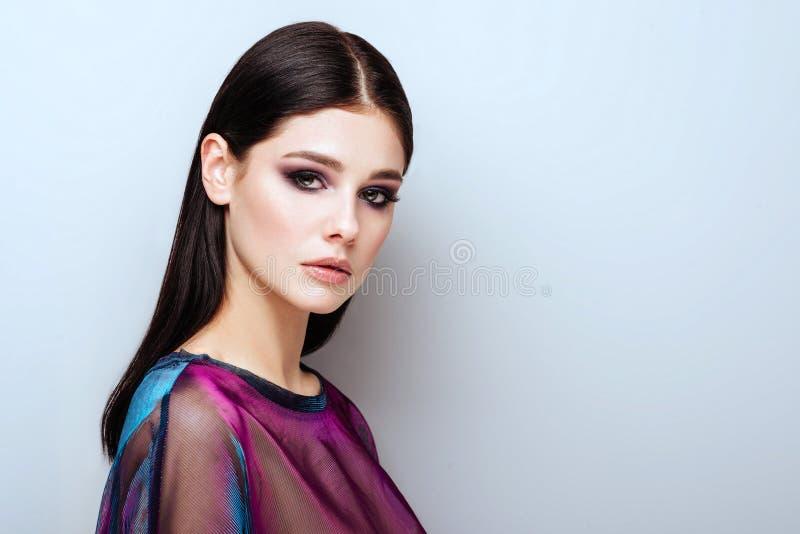 A menina da mola com na moda comp?e os olhos fumarentos fotos de stock royalty free