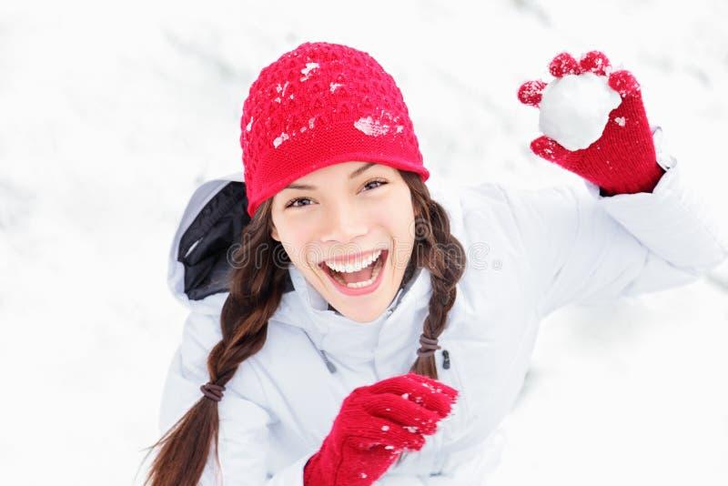 Menina da neve que tem o divertimento do inverno foto de stock