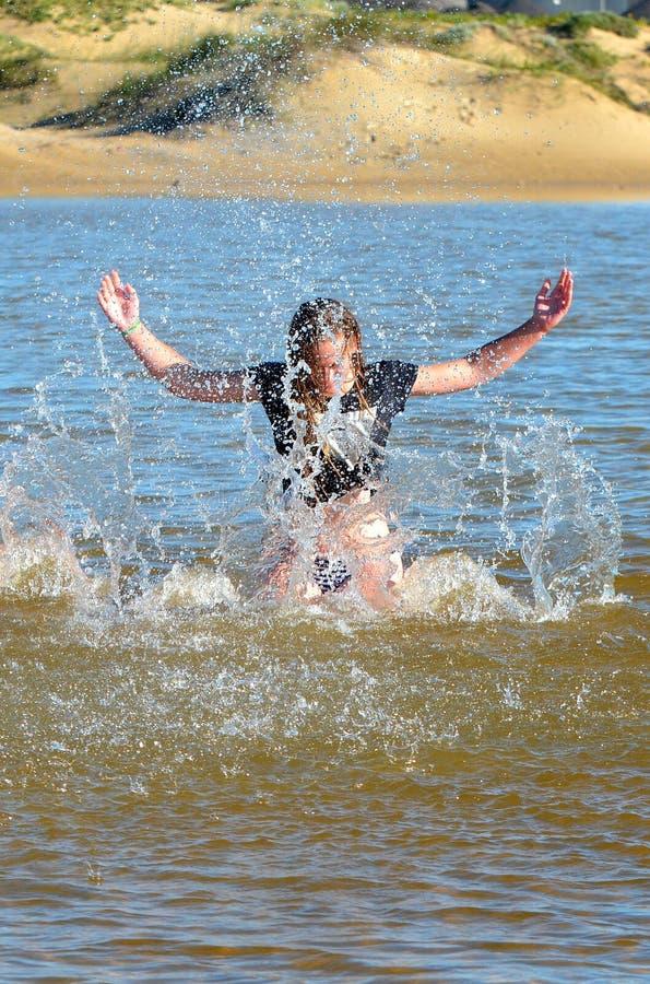 Menina da praia em férias de verão imagens de stock