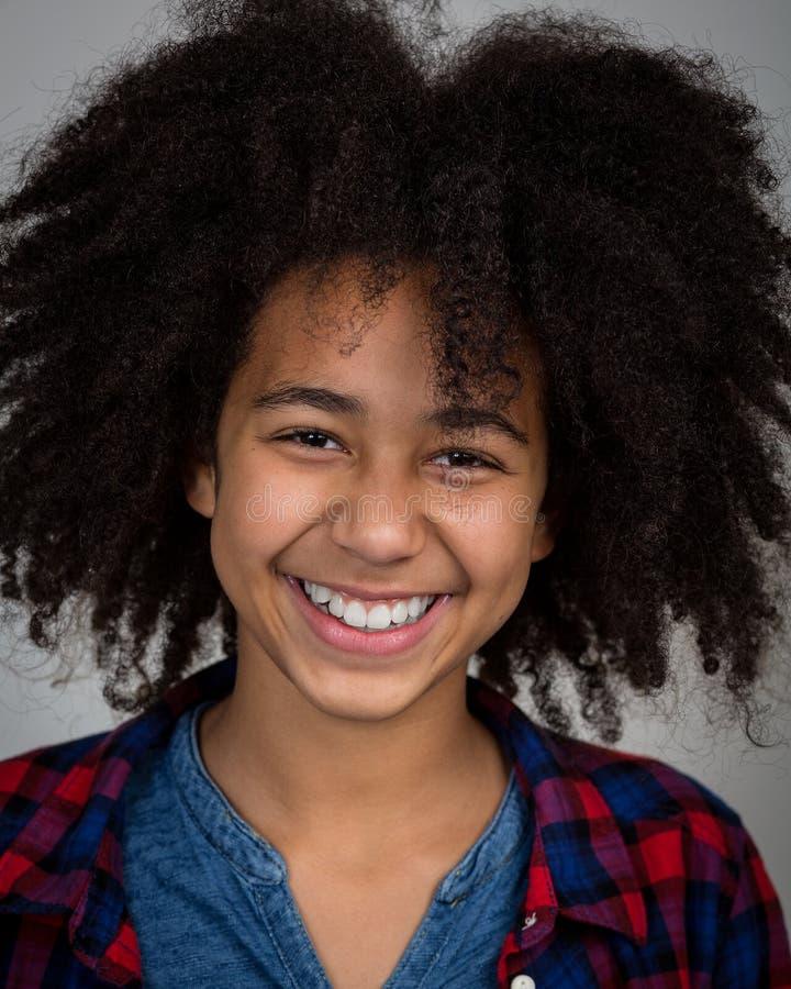 Menina da raça misturada com riso do penteado do Afro imagem de stock