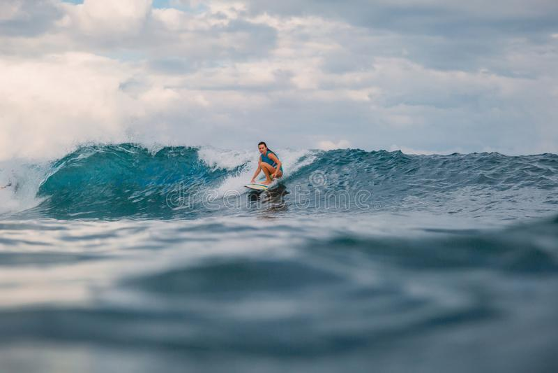Menina da ressaca na prancha Mulher no oceano durante surfar foto de stock royalty free