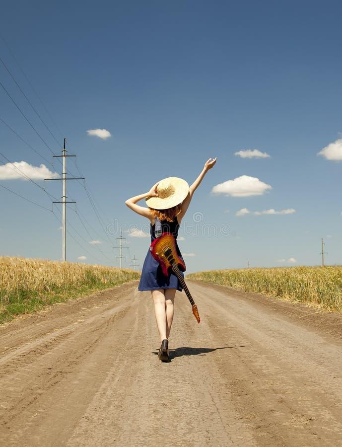 Menina da rocha com a guitarra no campo. foto de stock royalty free