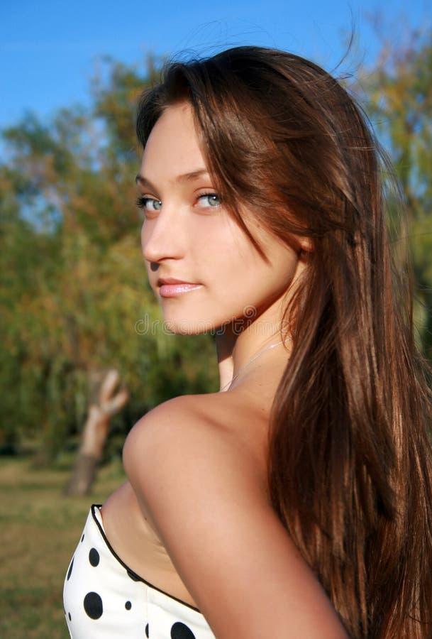 Menina dark-haired consideravelmente de sorriso foto de stock