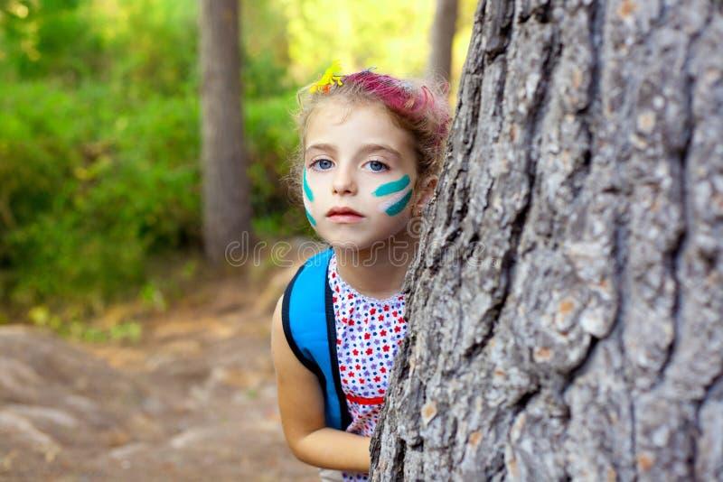 Menina das crianças que joga na composição da árvore de floresta imagens de stock royalty free