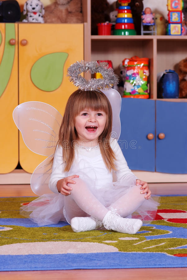 menina de Árvore-ano que joga e que aprende no pré-escolar imagem de stock royalty free