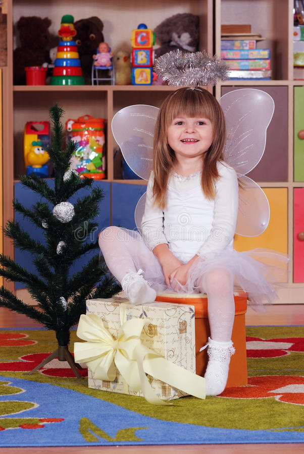 menina de Árvore-ano que joga e que aprende no pré-escolar fotografia de stock royalty free