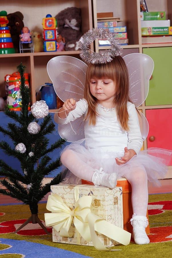 menina de Árvore-ano que joga e que aprende no pré-escolar fotos de stock royalty free