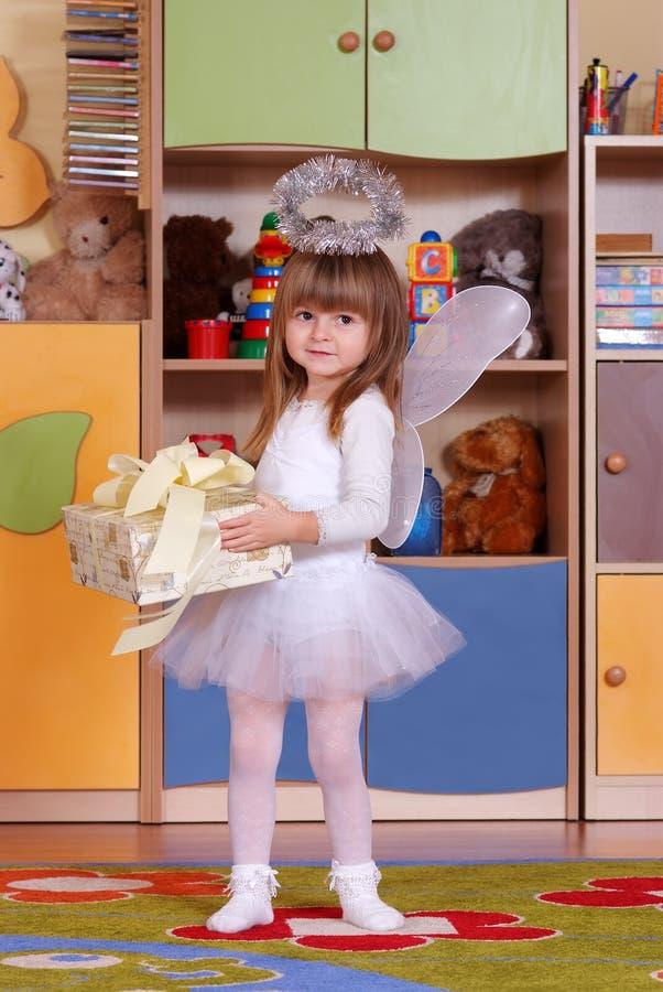 menina de Árvore-ano que joga e que aprende no pré-escolar fotografia de stock