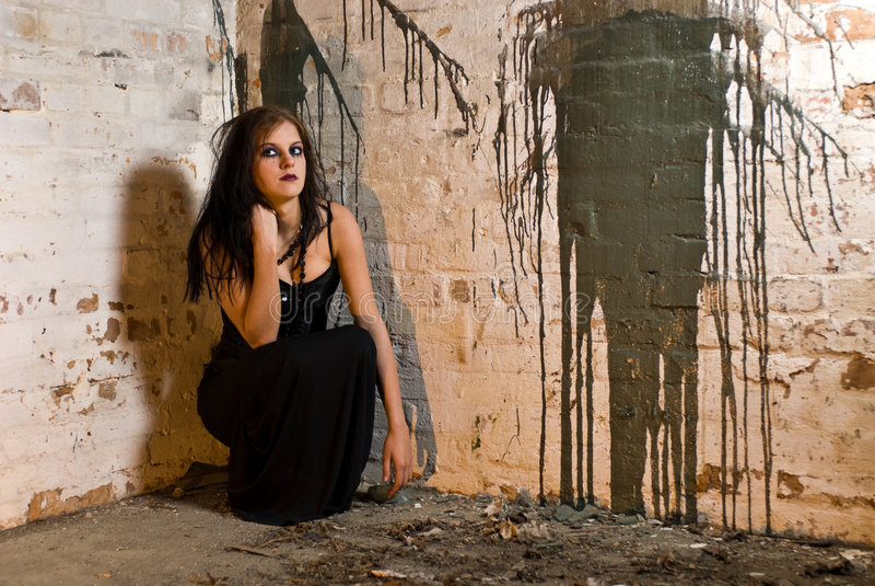 Menina de assento de Goth imagem de stock
