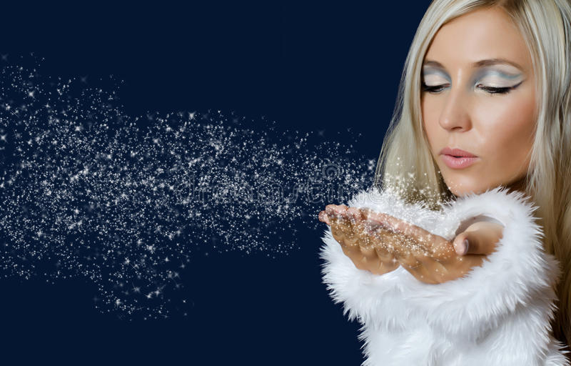 Menina de Attracive na neve de sopro de pano de Santa fotos de stock royalty free