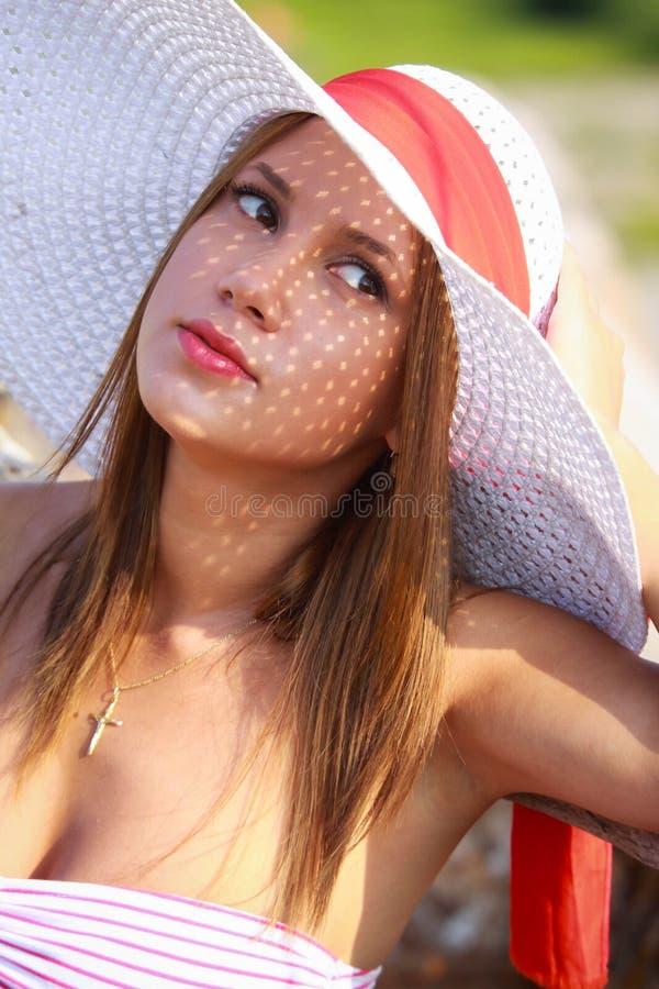 Menina de Bautiful em um chapéu do verão imagens de stock