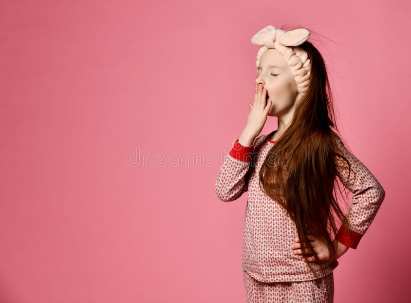 Menina de bocejo nos pijamas imagens de stock