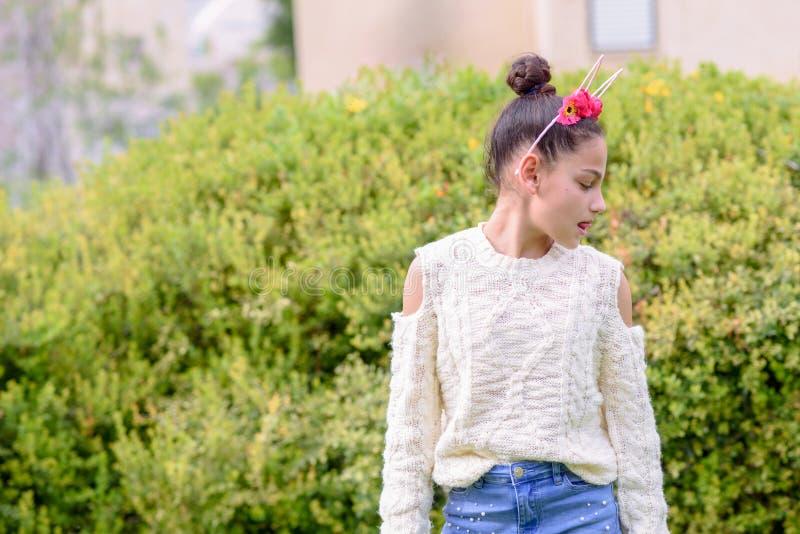 Menina de cabeça negra que veste uma posição floral da coroa na frente do fundo da natureza um o dia ensolarado fotografia de stock royalty free