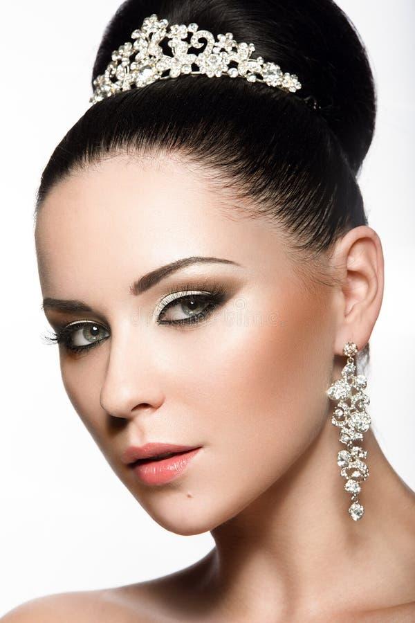 Menina de cabelo escuro bonita na imagem de uma noiva com uma tiara em seu cabelo Face da beleza imagens de stock