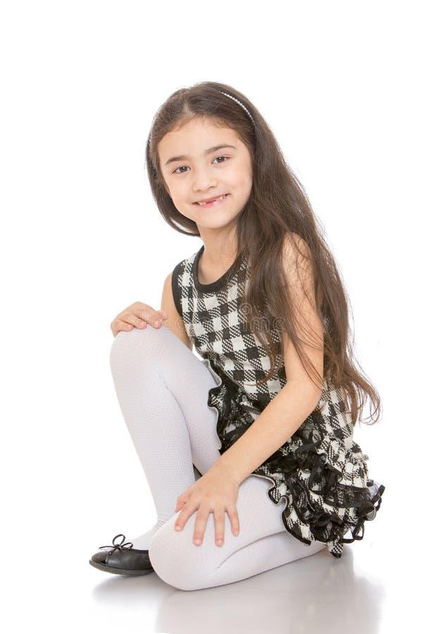Menina de cabelo escuro muito elegante na foto de stock