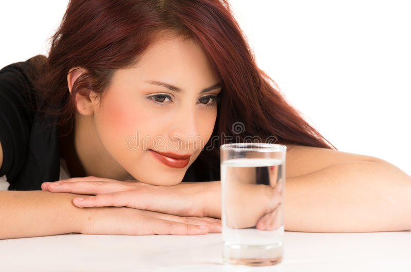 Menina de cabelo vermelha nova atrativa com um vidro de imagem de stock royalty free