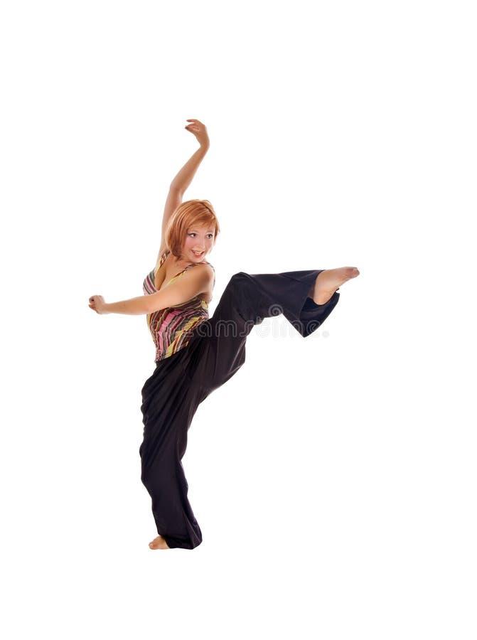 Menina de cabelo vermelha que executa exercícios da aptidão fotos de stock