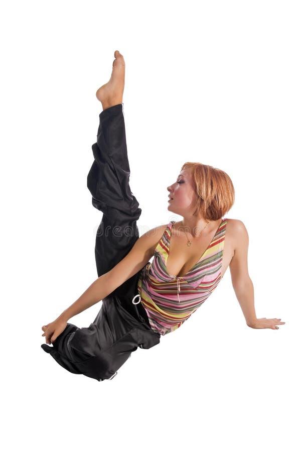 Menina de cabelo vermelha que executa exercícios da aptidão imagens de stock royalty free