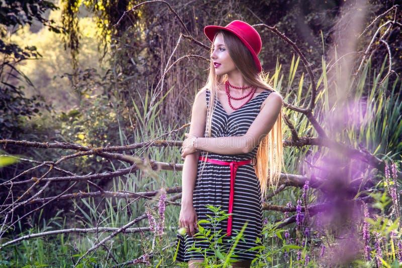 Menina de cabelos compridos com o chapéu na natureza imagem de stock royalty free