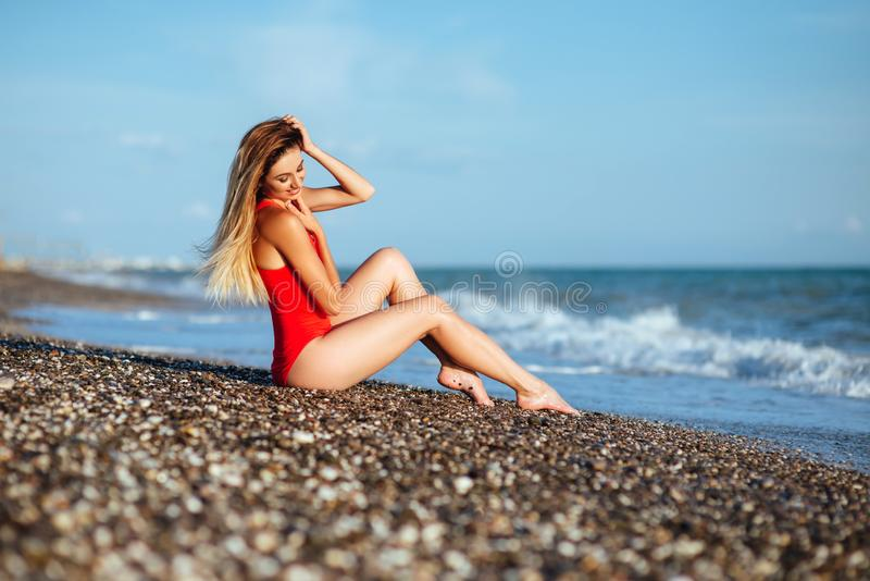 Menina de cabelos compridos nova no roupa de banho vermelho imagens de stock royalty free