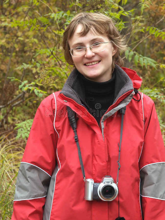 Menina de caminhada ativa com câmara digital fotografia de stock royalty free