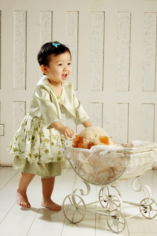 A menina de China elimina o berço fotos de stock