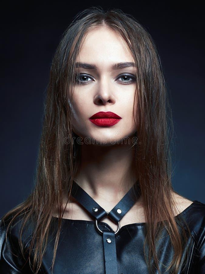 Menina de composição da beleza com cabelo molhado e os bordos vermelhos imagens de stock royalty free