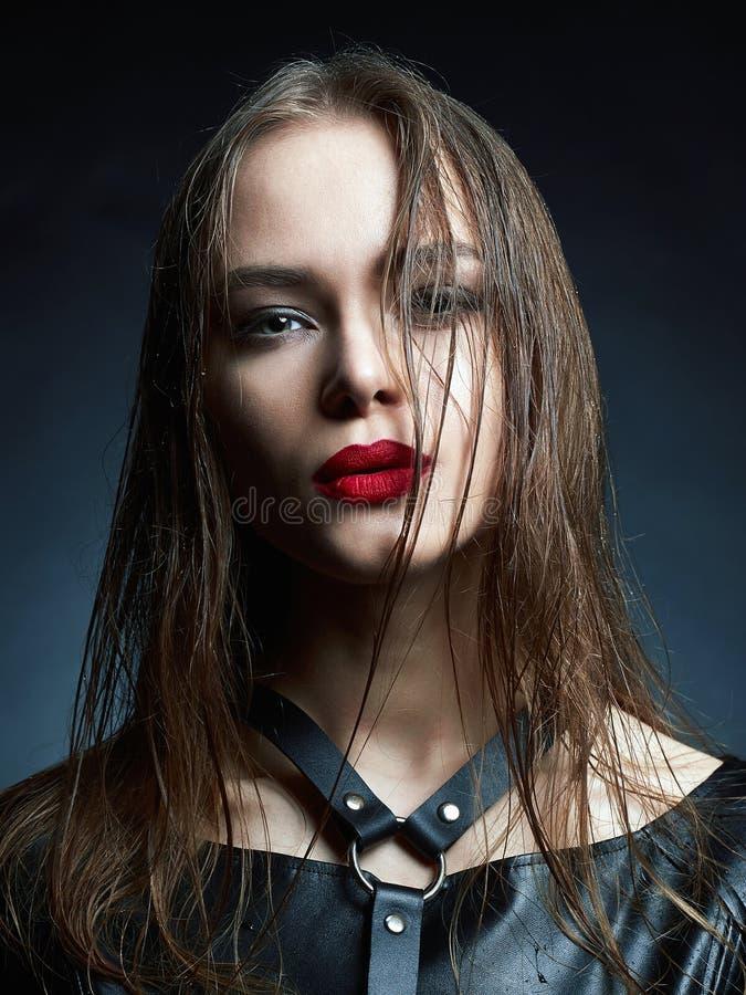 Menina de composição da beleza com cabelo molhado e os bordos vermelhos fotos de stock royalty free