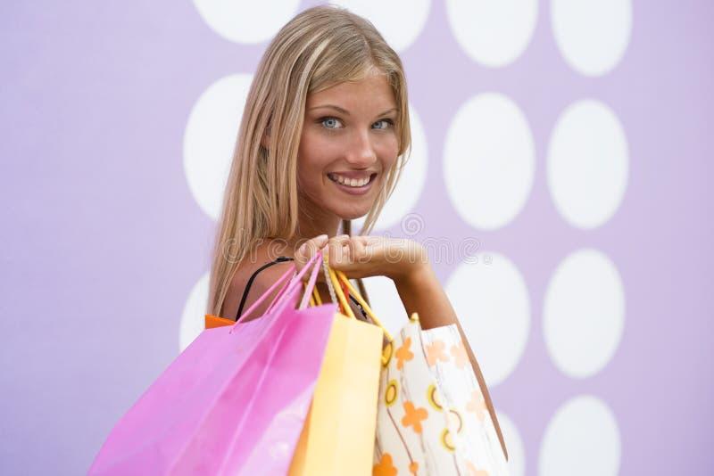 Menina de compra bonita imagens de stock