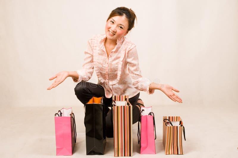 Menina de compra com sacos imagens de stock
