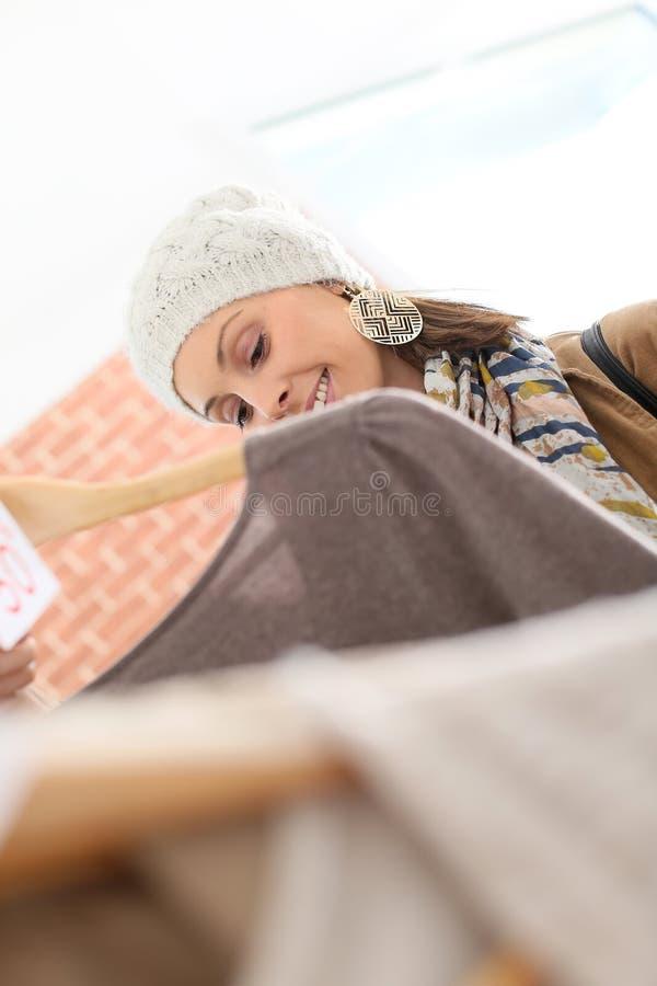 Menina de compra feliz em uma loja fotos de stock