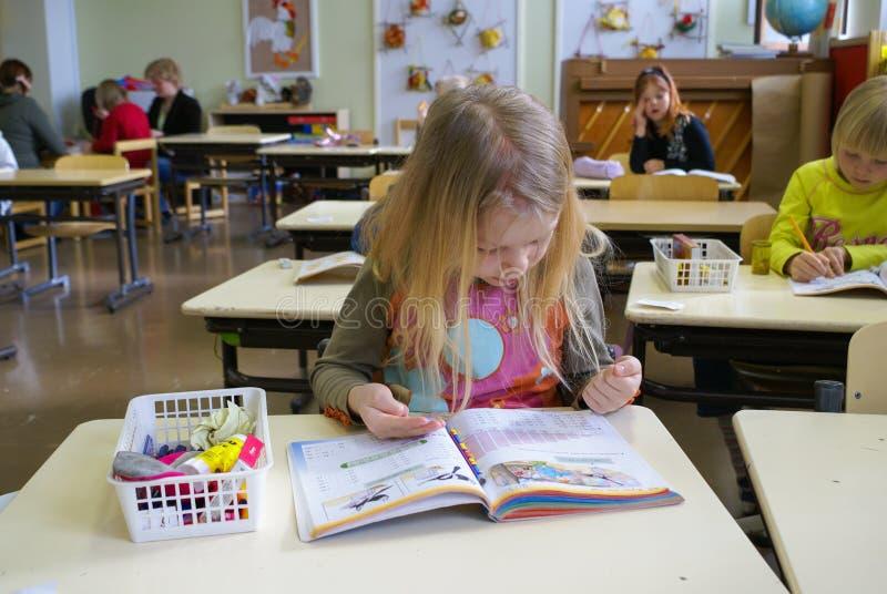 Menina de contagem na escola primária fotografia de stock